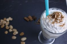 Die Zubereitung des Iced Chai Latte ist denkbar einfach: Teebeutel in die Mandelmilch, Zimt und Süße nach Wahl dazu und ab mit dem Glas in den Kühlschrank!