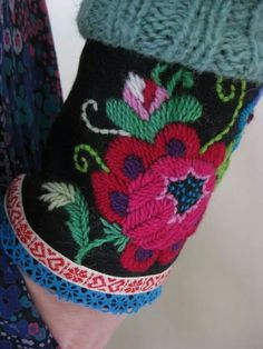wow - I love embroidered cuffs soooo much Scandinavian Embroidery, Swedish Embroidery, Wool Embroidery, Hand Embroidery Designs, Embroidery Stitches, Flower Embroidery, Embroidery Ideas, Folklore, Bordado Popular