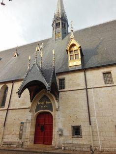 En 1421 Nicolas Rolin, chancelier de Philippe le Bon, duc de Bourgogne épousa Guigone de Salins issue de la noblesse comtoise avec qui il fonde les Hospices de Beaune. En 1452 Il crée un nouvel ordre religieux, les soeurs hospitalières de Beaune. Elles...