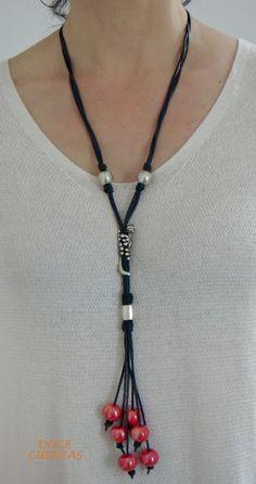 Collar de cuero azul oscuro con pasadores e iguana de zamak y cuentas cerámicas cereza.