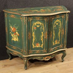 1600€ Venetian sideboard in lacquered and hand painted wood. Visit our website www.parino.it #antiques #antiquariato #furniture #lacquer #antiquities #antiquario #sideboard #buffet #credenza #golden #gold #decorative #interiordesign #homedecoration #antiqueshop #antiquestore