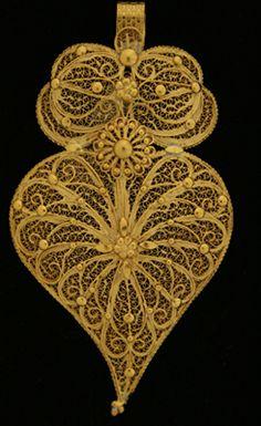 Filigrana Portuguesa.www.museudaourivesaria.com Portugal, Sacred Heart, Origami, Jewelery, Silver Jewelry, Antiques, Pretty, Hearts, Rainbow