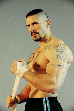 Scott Adkins, des biceps super musclés