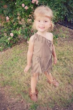 I have a SUPER EASY, no sew, DIY Halloween costume tutorial for you guys today. This is best suited for children's costumes, unless you wanted to cut your shirt Running Costumes, Baby Costumes, Family Halloween Costumes, Halloween Diy, Halloween 2017, Halloween Decorations, Easy Diy Costumes, Costume Ideas, Pocahontas Costume