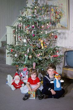I had one of those Woody Woodpecker puppets too in the early You pulled the ring and he talked. I had totally forgotten about it until I saw this photo. My little brother had the Bugs Bunny Jack in the Box that the little girl is holding. Old Time Christmas, Ghost Of Christmas Past, Old Christmas, Old Fashioned Christmas, Beautiful Christmas, Christmas Holidays, Christmas Morning, Vintage Christmas Photos, Vintage Holiday