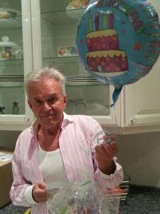 Anlass dafür war der Geburtstag meines Stiefvaters. Da er sich ausdrücklich nichts von mir gewünscht hatte, wollte ich wollte Ihm dennoch etwas außergewöhnliches zukommen lassen. Da ein Strauss Blumen mittlerweile ein sehr abgedroschenes Geschenk ist, fragte ich meine Freundin ob sie eine Idee hätte. Sie erzählte mir überglücklich, dass sie vor kurzem einen Ballongrüß von Ihrem Freund erhalten hätte.
