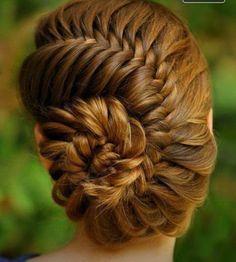 ¡Mirad que recogido más elegante! Es un peinado ideal para una celebración especial. Tu cabello se verá fuerte y sano.