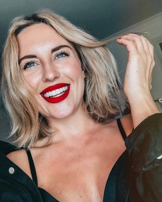 Red lipstick by Fenty beauty. Blonde hair and bright red lips. Red Lipstick Makeup Blonde, Bright Red Lipstick, Red Lipsticks, Ahort Hairstyles, Pretty Hairstyles, Beauty Make Up, Hair Beauty, Acne Makeup, Beauty Photography