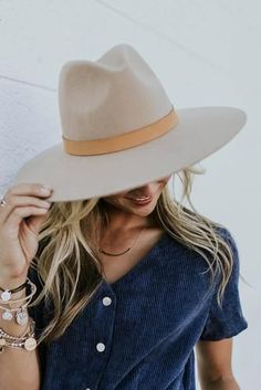 This stiff felt hat is made of Australian wool. Create a unique look with this stiff brim felt hat and add some style to your wardrobe. Looks Style, My Style, Vanity Fair, Round Hat, Summer Hats For Women, Stylish Hats, Cute Hats, Hat Hairstyles, Outfits With Hats