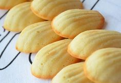 "French recipe for a lighter version of the ""Madeleines"", a typical French cake-style cookie Ww Recipes, Dessert Recipes, Cooking Recipes, Healthy Recipes, Cooking Bread, Gourmet Cooking, Romanian Food, Romanian Desserts, Pie Co"