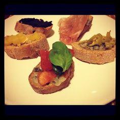 Bruschetta mit Tomaten, Olivenpaste, Parmaschinken, Peperoni    #Food