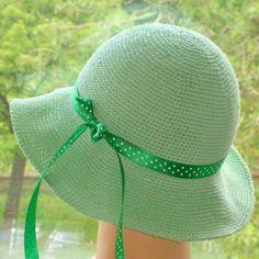 Letní háčkovaný klobouk Klobouk je uháčkovaný z kvalitní belgické bavlněné příze krátkými sloupky. Obvod hlavy - cca 56 - 58 cm Jemné ruční praní na 30°C  Klobouk můžete vhodně doplnit broží, vyberte si např. z bohaté nabídky mé kolegyně So-Mi.