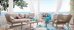 Poltrone, divani e tavoli si combinano in spazi arredati comodi e accoglienti.