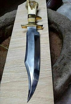 This is one nice blade. I'm not so sure about the finger grip. Pretty Knives, Cool Knives, Survival Weapons, Weapons Guns, Swords And Daggers, Knives And Swords, Knife Making Tools, Sword Design, Fantasy Weapons