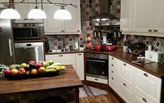 Adorei essa cozinha o fogão do canto muito bem aproveitado .                                                                                                                                                                                 Mais