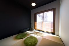 モノトーンな壁のモダンな和室。「両親やお客様が泊まりに来た時のために、琉球畳の和室を作りました」