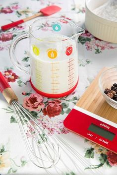 Cantar de bucatarie digital, Red #kitchen #cooking #food Liquid Measuring Cup, Measuring Cups, Kitchenaid, La Red, Micro Onde, Sushi, Base, Tableware