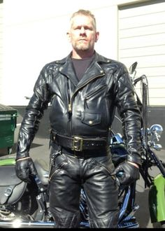 Kerls in Leder Mens Leather Pants, Motorcycle Leather, Biker Leather, Leather Gloves, Black Leather, Leder Outfits, Black Gloves, Trends, Leather Fashion