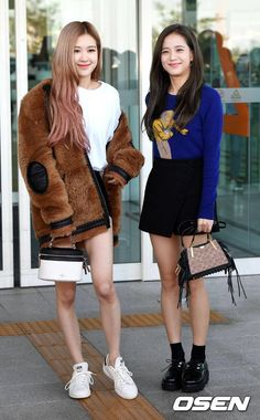 Rosé e Jisoo outfit Blackpink Fashion, Korean Fashion, Fashion Outfits, School Fashion, Lisa, Forever Young, Lady Gaga, Coachella, Queens