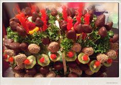 Arreglo frutal con mas de 100 fresas, kiwi y cerezas