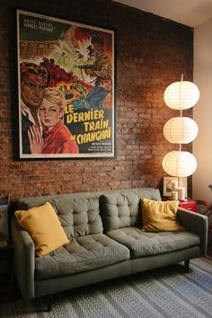 Decoração vintage moderna - sala com pôster vintage Sala Vintage, Retro Vintage, Vintage Style, Home Vintage, Vintage Decor, Funky Decor, Furniture Vintage, Vintage Inspired, Bar Deco