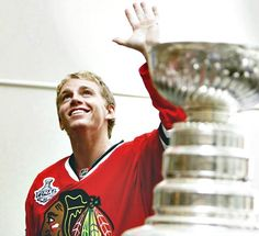 Patrick Kane with the Stanley Cup. He looks adorable! Chicago Blackhawks Players, Blackhawks Hockey, Hockey Players, Patrick Sharp, Patrick Kane, Patty Kane, Ted Lindsay, Hockey Boards, Hockey Baby