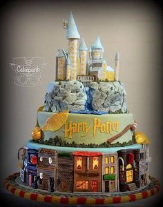 A Harry Potter cake that actually has cute colors! Harry Potter stuff never has cute colors! Gateau Harry Potter, Harry Potter Fiesta, Harry Potter Thema, Cumpleaños Harry Potter, Harry Potter Birthday Cake, Harry Potter Cupcakes, Harry Potter Treats Sweets, Harry Potter Wedding Cakes, Cake Designs