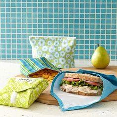 Le sac à sandwich, très utile si vous aimez les faire maison mais que vous avez peur qu'ils finissent tout abimés! Facile à laver si vous utilisez une toile cirée, il servira aussi de set de table pour des pique-niques tout l'été. Hop, un peu de plastique en moins !