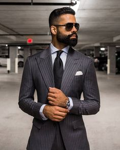 - with a charcoal gray pinstripe suit black silk tie white button up shirt silver watch white pocket square Mens Fashion Blog, Mens Fashion Suits, Mens Suits, Fashion Sites, Costume Vert, Mode Costume, Outfits Casual, Mode Outfits, Fashion Outfits