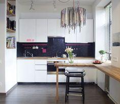 белая матовая прямая кухня модерн маленькая стандартная с темным черным фартуком