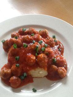 Balletjes in tomatensaus. Snipper een uitje en stoof het in wat boter.voeg tomaten toe, een wortel en wat tomato passata toe. Voeg groenten bouillonblokje toe en draai na half uurtje sudderen door de passe vite om pitjes en vliesjes te verwijderen. Maak je gehakt aan met peper,zout, nootmuskaat ,een eitje en wat chaplure en rol er kleine balletjes van. Bak ze aan en voeg bij de saus. Maak een smeuïg puree'tje en schep er je balletjes overheen. Dit maak ik voor onze kleinkinderen. Ze zijn er…