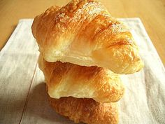 How to Make Croissants. These buttery and flaky French breakfast treats take a long time to prepare from scratch, but they're irresistible. French Croissant, Cheese Croissant, Ham And Cheese, Dinner Rolls, Bread Recipes, Cat Recipes, Recipies, Queso, Hot Dog Buns