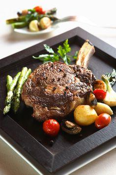 Carne de porco com batatas, aspargus e tomates cereja. #Iberostar #gastronomy #yummy
