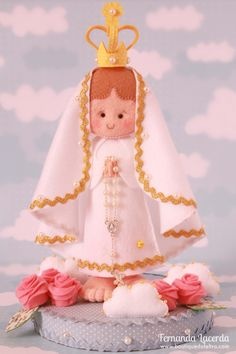 Nossa Senhora de Fátima Felt Christmas Ornaments, Christmas Crafts, Felt Crafts, Diy And Crafts, Jesus Crafts, Baby Shower, Felt Patterns, Diy Doll, Religious Art