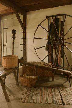 Primitive Spinning Wheel with textiles. Primitive Kitchen, Primitive Antiques, Country Primitive, Primitive Decor, Prim Decor, Country Decor, Rustic Decor, Primitive Gatherings, Antique Tools