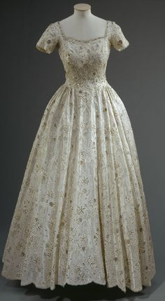 Evening dress, by Sir Norman Hartnell, c. Silk, lace and sequins. Royal Collection Trust/All Rights Reserved. Vintage Gowns, Vintage Outfits, Vintage Clothing, Victorian Fashion, Vintage Fashion, 1950s Fashion, Royal Dresses, 1950s Dresses, Court Dresses
