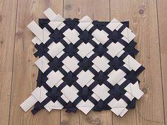 DIY-Anleitung: Kissen aus Filz und Kunstleder mit diagonalem Muster nähen via DaWanda.com