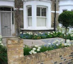 West London Front Garden – Belderbos A narrow bed enclosed with concrete st… London Garden, Home Garden Design, Front Garden Design, House Front, Small Front Gardens, Front Yard Decor, Garden Ideas Terraced House, Victorian Terrace