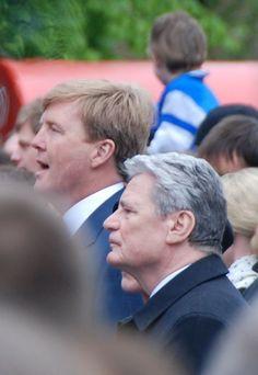 Kroonprins Willem-Alexander en de Duitse Bondspresident Gauck bij het Wilhelmus in Breda op 5 mei