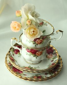 """Royal Albert """"Old Country Roses"""" - tea set of cup, saucer and side plate ..."""