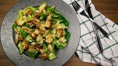 Opskrift på cæsarsalat med hjemmelavet dressing og brødcroutoner lavet i ovnen. Nem at lave og smager fantastisk. Find flere opskrifter på dr.dk/mad.