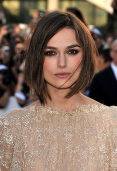 Also, her bob hairstyles are very trendy and stylish. You can check out this 20 Keira Knightley Bob Haircuts list for looking her different and amazing bob. Sophie Charlotte Cabelo, Dark Hair Bangs, Brown Bob Hair, Short Brown Bob, Keira Christina Knightley, Lob Haircut, Short Haircut, Hair Color Dark, Super Hair