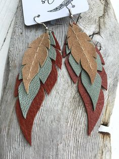 Layered Leather Feather Earrings - New Ideas Dangly Earrings, Diy Earrings, Diy Necklace, Diy Leather Earrings, Handmade Leather Jewelry, Leather Jewelry Making, Handmade Jewelry Designs, Handmade Bracelets, Leather Projects