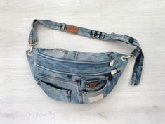 Raw Denim, Crossover Bags, Denim Patchwork, Denim Quilts, Denim Purse, Old Jeans, Brown Leather Totes, Casual Outfits, Crossbody Bag
