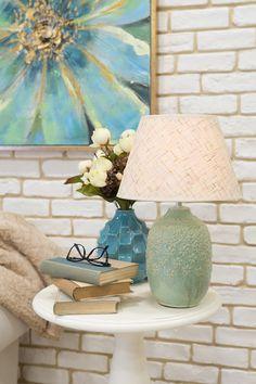 Obiectele decorative (tabloul, veioza, vaza, măsuța pentru cafea, etc) au un rol important în descrierea căminului tău, de aceea e vital să-ți amenajeti casa în culori pastelate, calde care să-ți ofere o stare de bine. #tablou pictat manual #veioza #vaza #vaza decorativa
