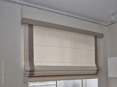 Римские шторы были выполнены в рамках дизайн проекта наших коллег. Кант на шторах подчеркивает прямые линии интерьера