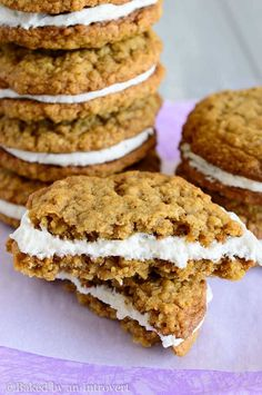 you're searching for a soft oatmeal cookie with a creamy center, look no further than these super easy oatmeal cream pies.If you're searching for a soft oatmeal cookie with a creamy center, look no further than these super easy oatmeal cream pies. Soft Oatmeal Cookies, Oatmeal Creme Pie, Best Oatmeal, Oatmeal Cream Pie Filling Recipe, Desserts With Oatmeal, Oatmeal Whoopie Pie Recipe, Little Debbie Oatmeal Cream Pie Recipe, Oatmeal Cookie Recipes, Köstliche Desserts