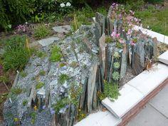 Iluzi horské přírody v malém si můžete vytvořit i na své zahradě díky skalce. Poradíme vám, na co byste neměli zapomenout, než se pustíte do práce.