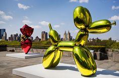 Molts critics califiquen les obres de Koons com trencadores, com obres de gran bellesa i intensitat emocional , que aconsegueixen portar al límit les fronteres estètiques i culturals.
