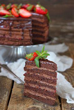 Торт для любимого,любителя шоколада и сладкого. Сочетание шоколадных коржей с двумя видами крема и клубничным конфитюром. Получилось очень вкусно. Ингредиенты для шоколадного бисквита: 7 яиц 1 чашка сахарной пудры половина стакана обычной муки половина чашки какао 1/3 чашки кукурузного крахмала 80…